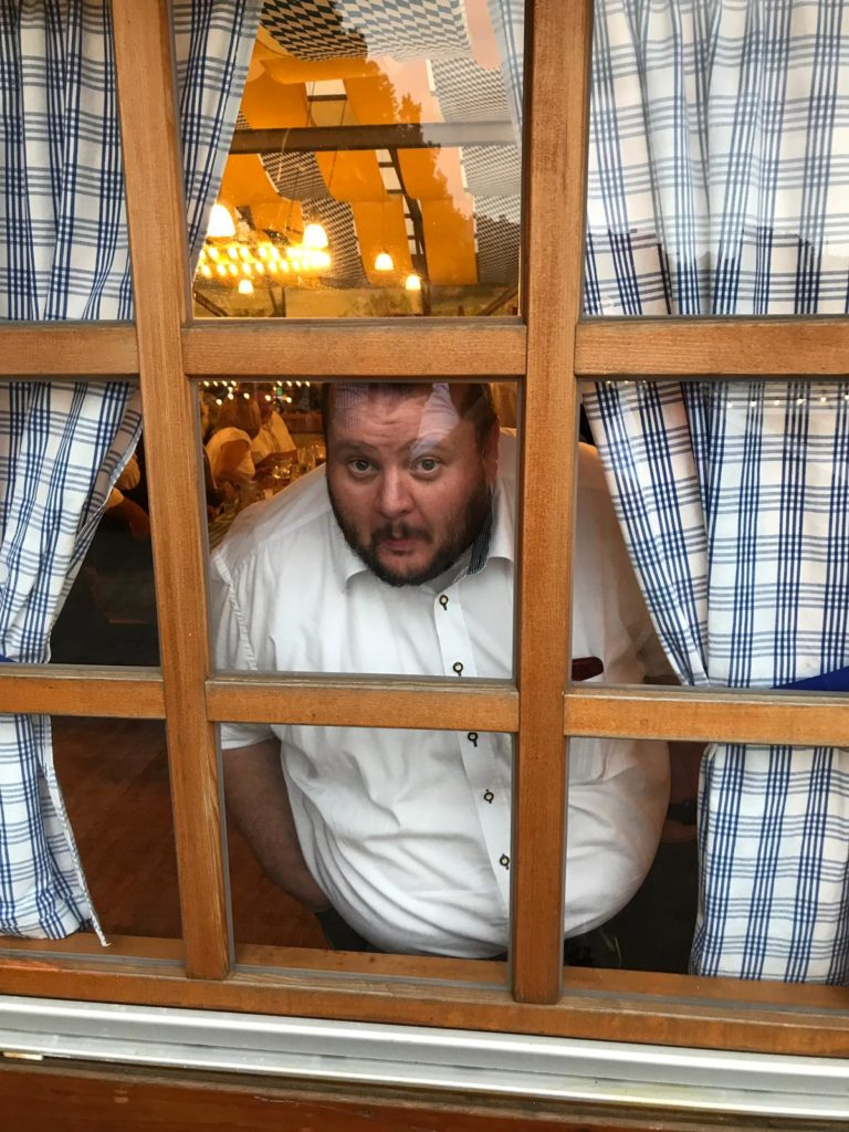 Phil peering through window at Fischervroni